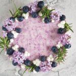 sernik na zimno z borowkami i lilakiem