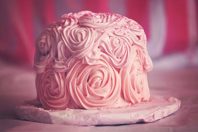 różowy torcik urodzinowy