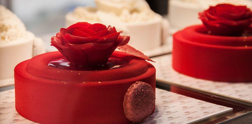 czerwony torcik z różą