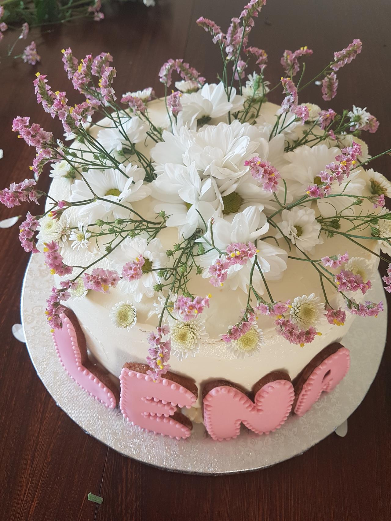 tort komunijny ze swiezymi kwiatami 2