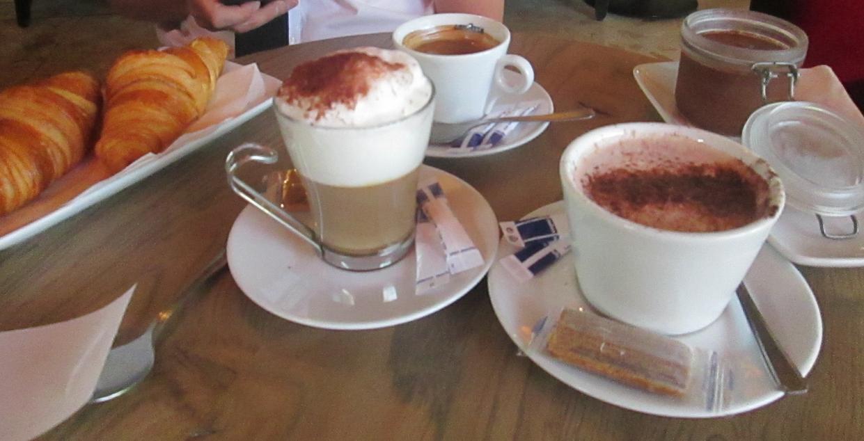 kawa i croissanty