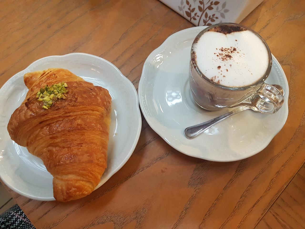 sniadanie kawa i croissant