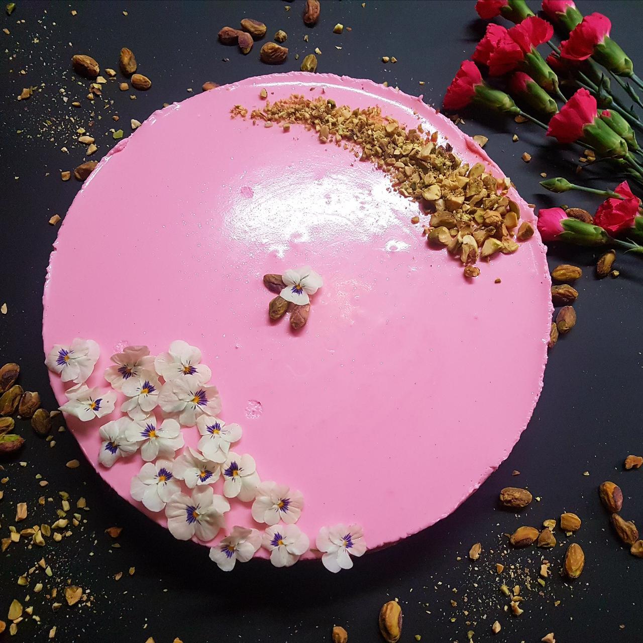 sernik na zimno z roza i kardamonem