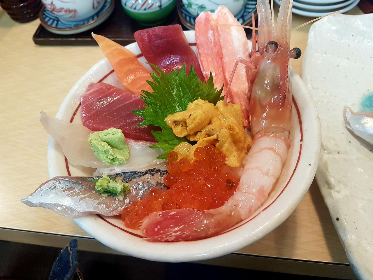 sashimi na targu rybnym Tokio Japonia