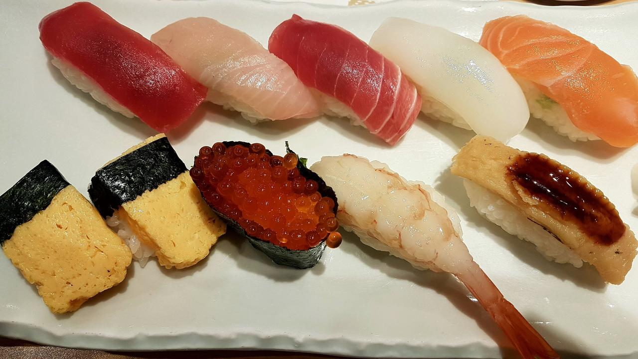 suski na targu rybnym Tokio Japonia