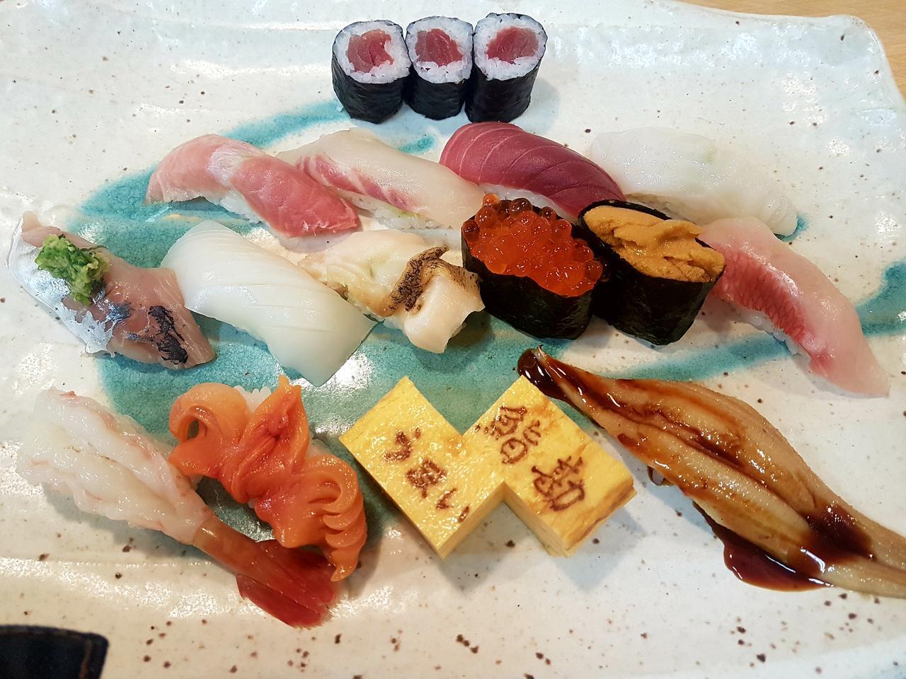 sushi na targu rybnym Tokio Japonia