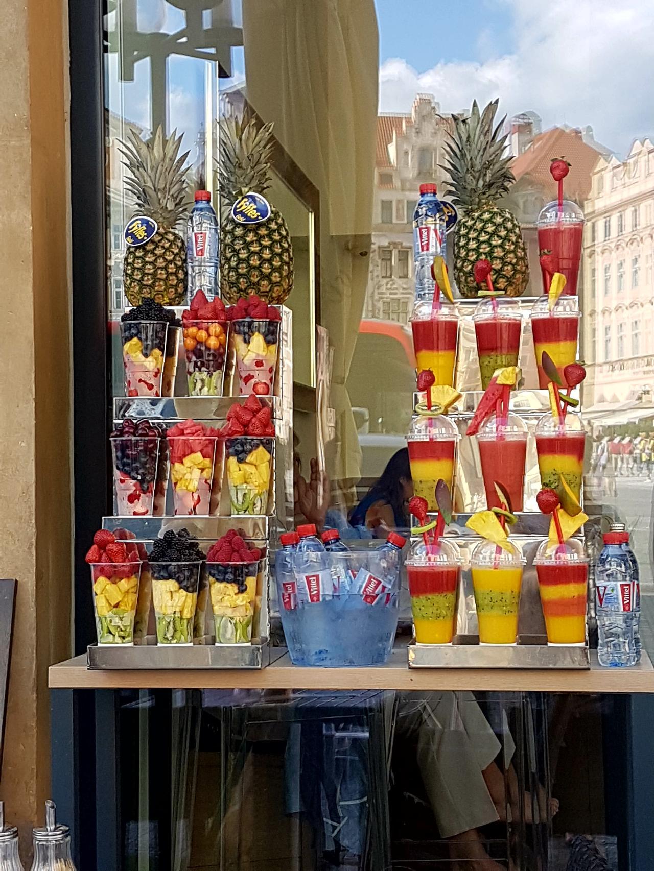 owoce i koktajle ulice Pragi