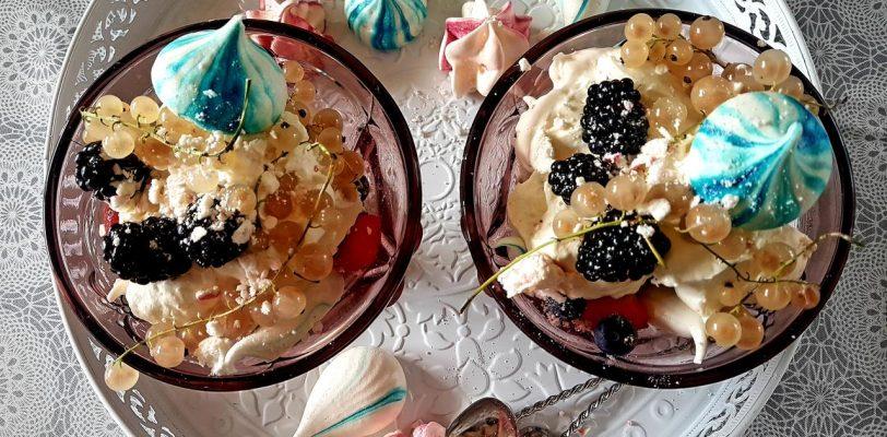 deser z mascarpone i owocow sezonowych