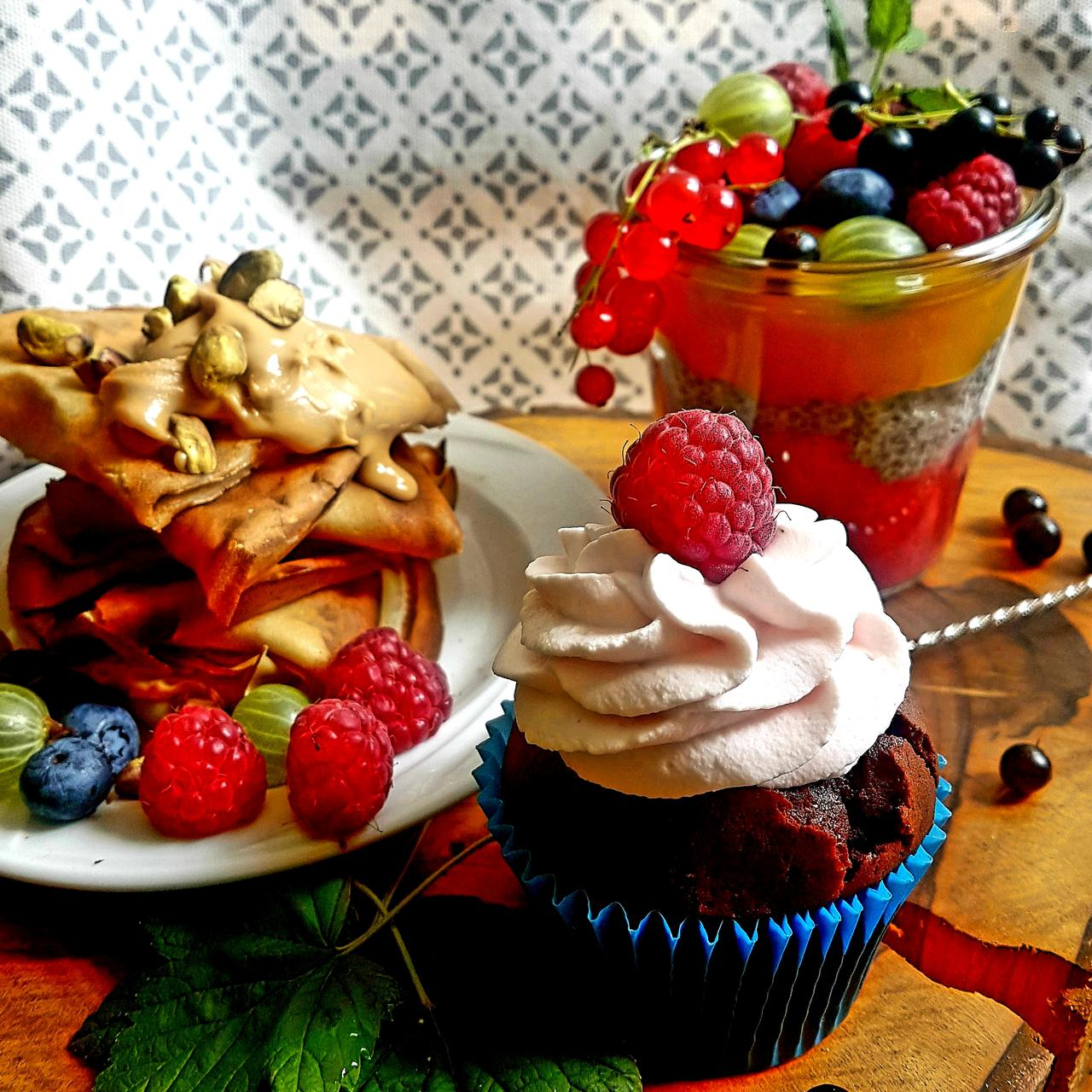 nalesniki deser chia owoce i babeczka czekoladowa