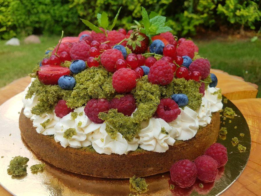 ciasto zielony mech ze szpinakiem owocami i kremem