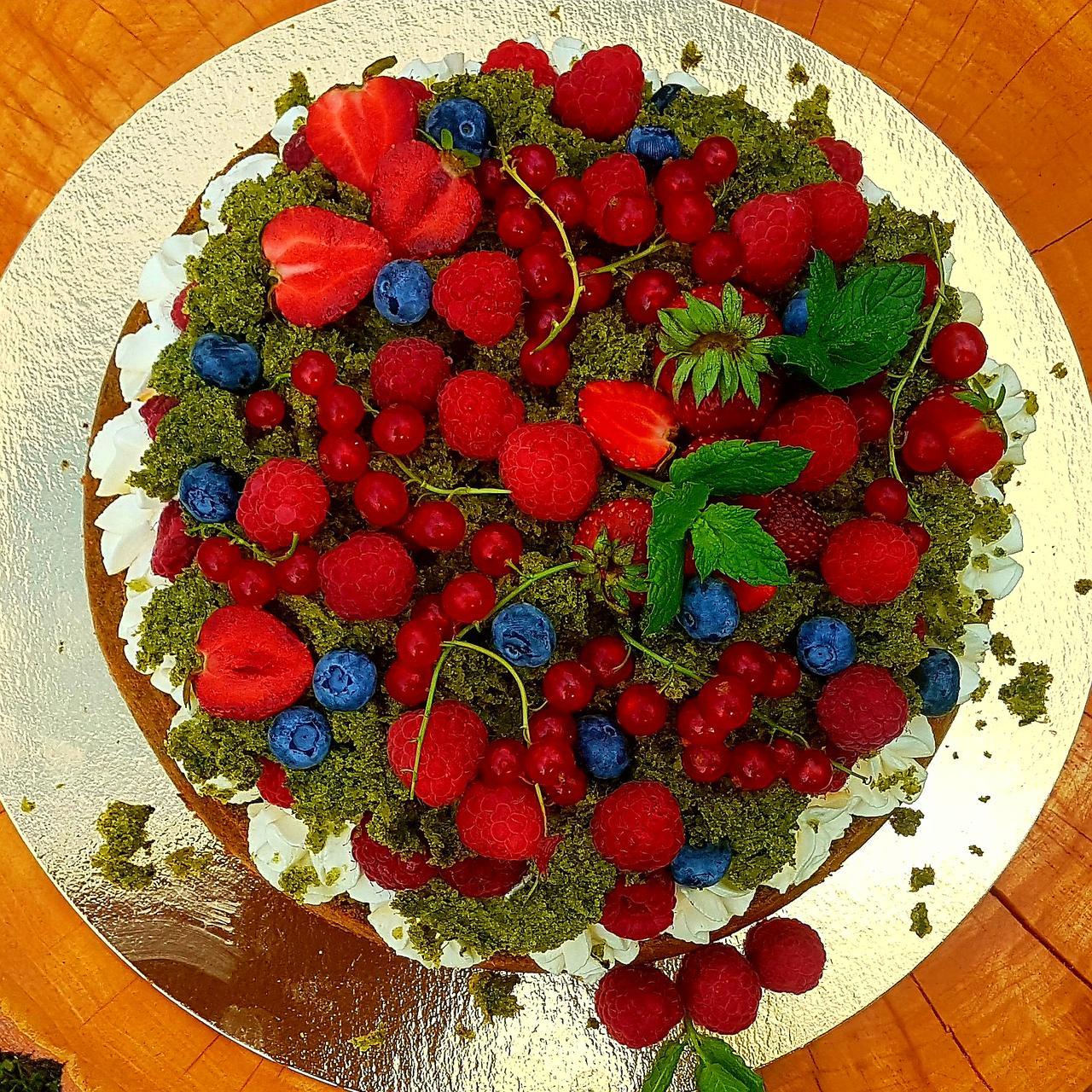 ciasto zielony mech ze szpinakiem i sezonowymi owocami