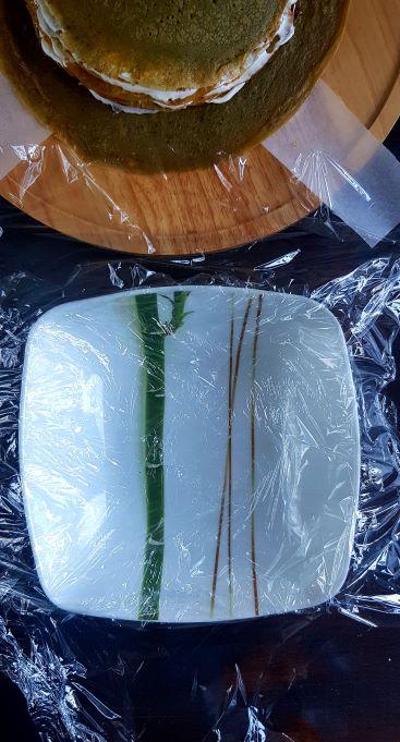 talerz z folia do zawijania tortu nalesnikowego