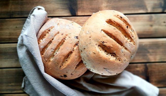 chleb drożdzowy z cebula