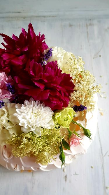beza z dekoracja z kwiatow