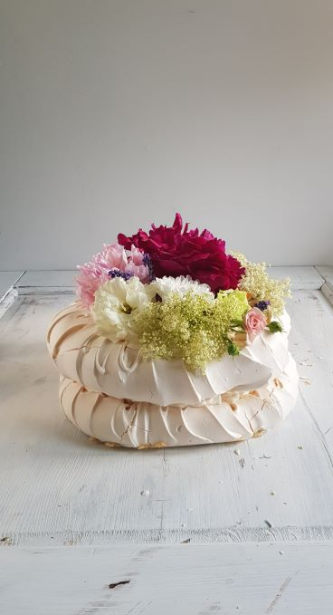 tort bezowy z kwiatami