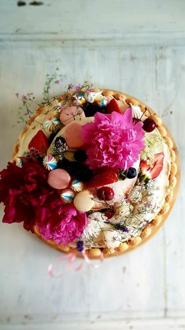 naked z kwiatami