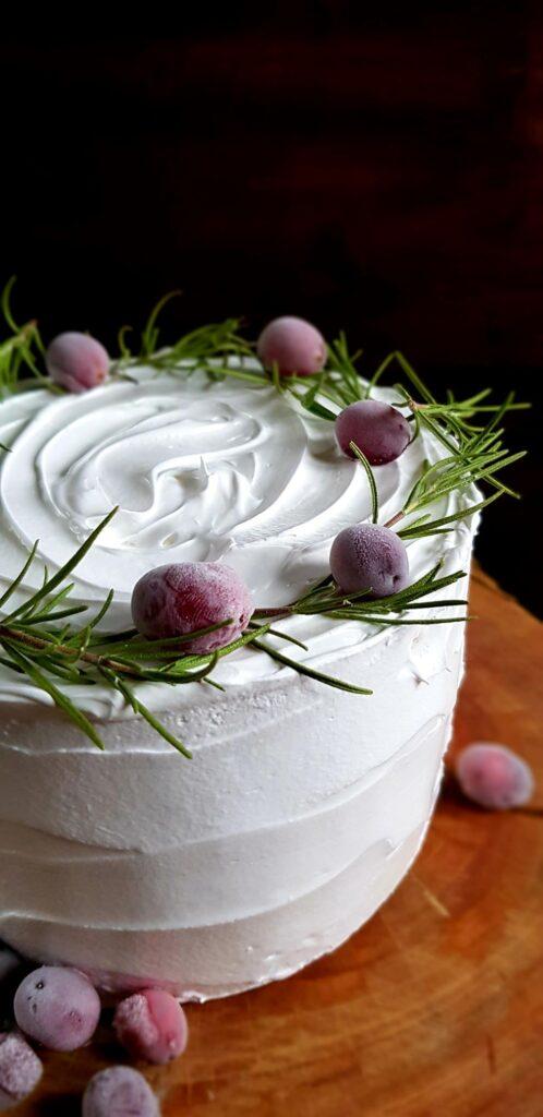 tort z zurawina i rozmarynem