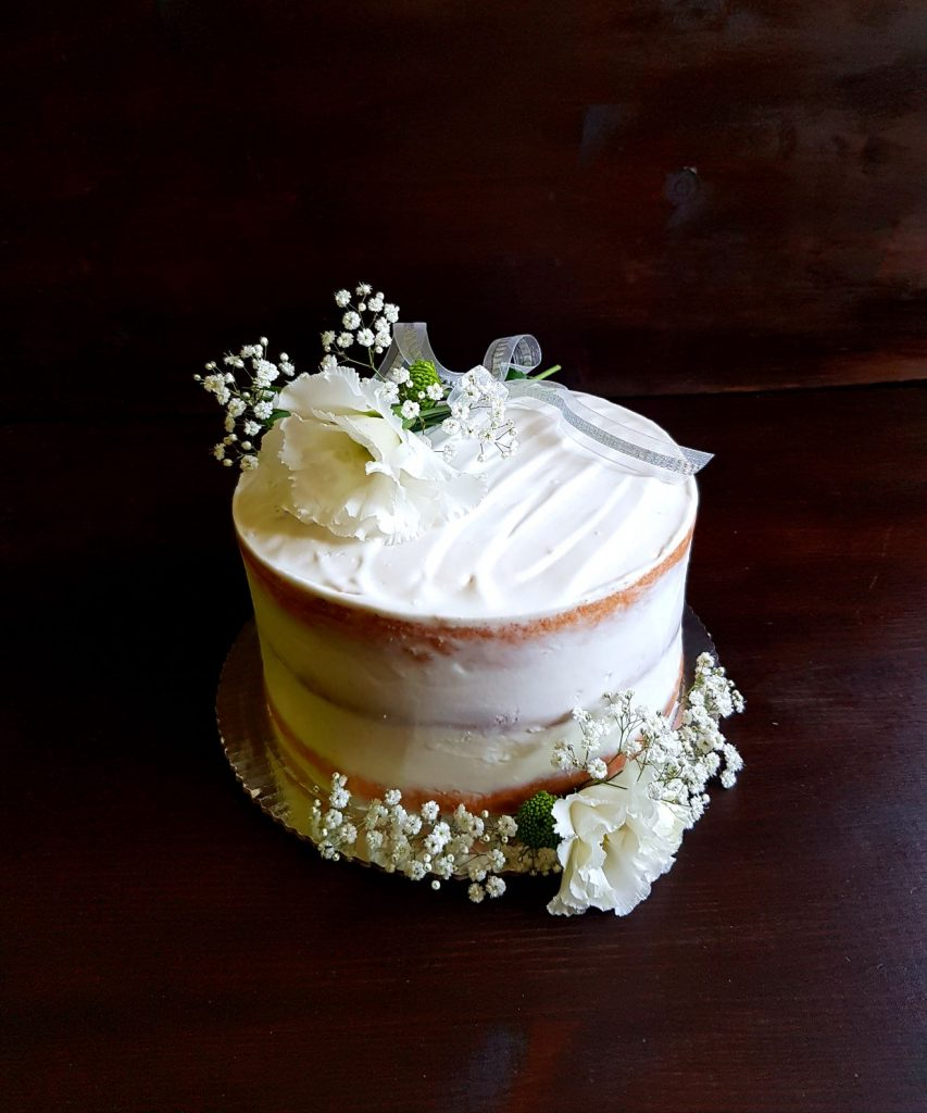 biały tort na chrzciny